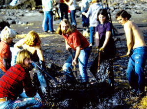Photo of volunteers cleaning beah of oiled debris after 1971 San Francisco Bay oil spill